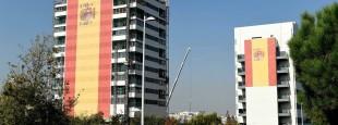 Pour la fête de la guardia civil du 12 octobre, le plus grand drapeau d'Espagne jamais réalisé, flotte sur un immeuble de Madrid (Valdebebas). Il mesure 731 m2, soit 17 m X 42 m.
