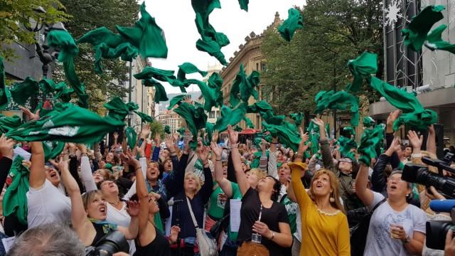 Célébration de la victoire le vendredi 27 octobre : on fait voler les TShirts verts symboles de plus de 2 ans de luttes.