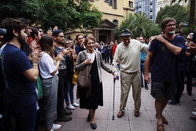 Au centre de Barcelone, Antoni Flotats, 90 ans, s'approche à petits pas du bureau de vote. Il n'y a pas d'âge pour voter.