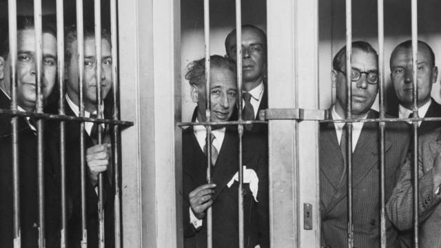 Lluis Companys, premier président catalan, incarcéré sous la République espagnole en 1935 avec son équipe gouvernementale, pour avoir déclaré l'indépendance de la république catalane le 6 octobre 1934. Réfugié en France, livré par la Gestapo à Franco, celui-ci le fit fusiller le 15 octobre 1940. Carles Puigdemont, accompagné de membres de son gouvernement, de la présidente du parlement et de la maire de Barcelone, lui ont rendu hommage le 15 octobre, sur sa tombe au château de Montjuic.
