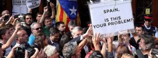 La foule porte en triomphe une urne portant une inscription en anglais : « Espagne, ceci est-il votre problème ? »