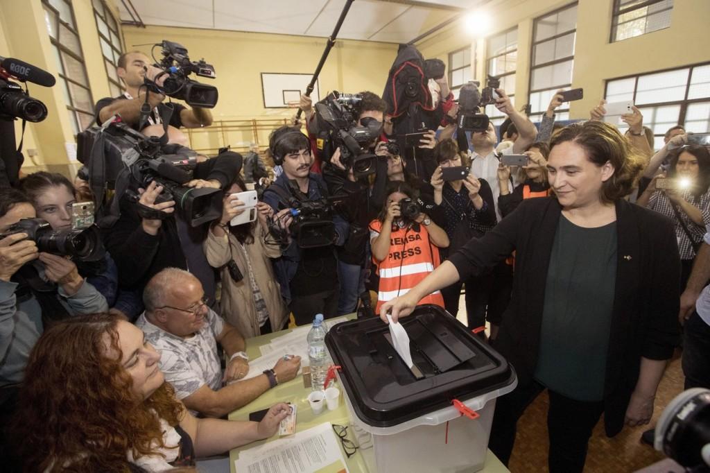 Ada Colau, maire Podemos (En Comú) de Barcelone a largement contribué au bon déroulement du scrutin dans la capitale, après un accord politique passé avec Carles Puigdemont. Elle dépose ostensiblement un bulletin dans l'urne, un bulletin blanc.