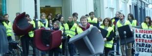 Action d'ANV-COP 21 dans une banque à Paris.