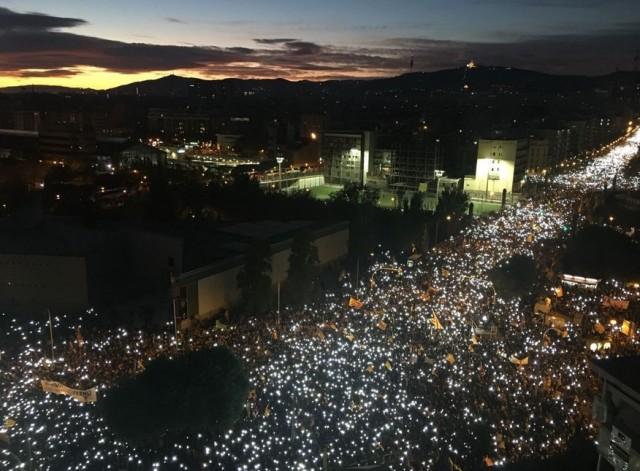 Capitalde de la Catalogne, Barcelone, le 11 novembre  2017  lors d'une nouvelle manifestation ayant accueilli des centaines de milliers de personnes (750.000, selon la Garde Urbaine) pour la libération de Jordi Sànchez, Jordi Cuixart, et des 8 membres du Govern emprisonnés. Message on ne peut plus clair : «Us volem a casa!».