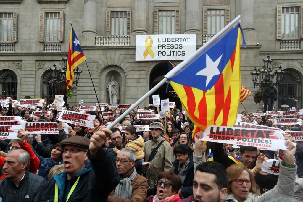 Le 26 novembre, la Commission électorale exige de la maire de Barcelone Ada Colau qu'elle enlève du fronton de sa mairie le panneau réclamant la libération des prisonnières et prisonniers politiques catalans.