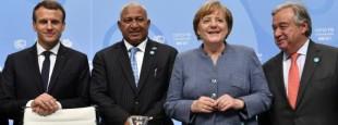 Le président français, Emmanuel Macron, le Premier ministre des îles Fidji et président de la COP23, Frank Bainimarama, la chancelière allemande, Angela Merkel, et le secrétaire général de l'ONU, Antonio Guterres, mercredi 15 novembre, à Bonn (Allemagne)