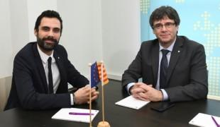 Carles Puigdemont (à droite) et Roger Torrent (à gauche), le nouveau président du parlement catalan, ont longuement évoqué le casse-tête de l'investiture, mercredi 24 janvier à Bruxelles.