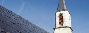 Panneaux solaires photovoltaïque installés sur la toiture d'une église.
