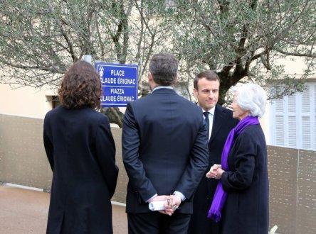 Emmanuel Macron avec la famille du préfet Erignac lors de l'inauguration de la place à Ajaccio.