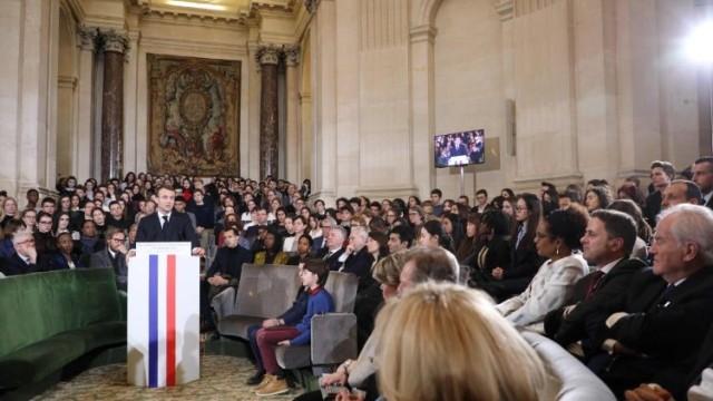 Le discours sous la coupole est donc l'exposition de la politique que le président de la République entend mener envers les langues dites régionales de France. C'est la condamnation à mort. On leur demande de bien comprendre qu'elles seront les victimes d'une sorte de réflexe de la langue française qui pour vivre a besoin de manger les autres.