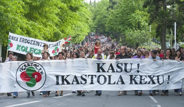 Manifestación en Baiona organizada por Seaska a favor de las ikastolas.