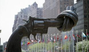 The knotted gun, devant le siège des Nations-Unies à New-York.