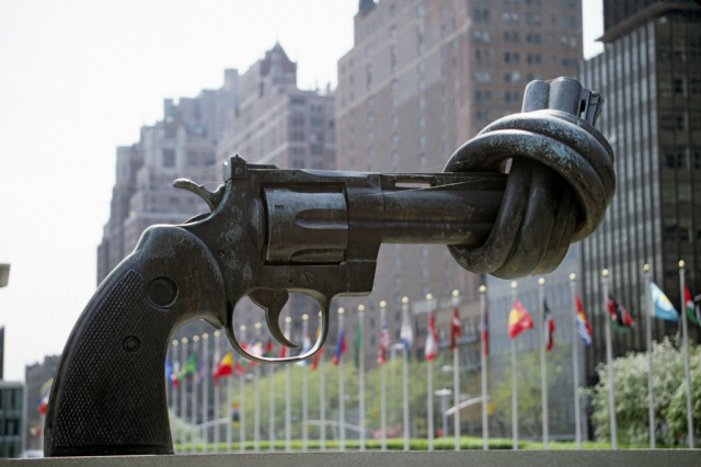 The knotted gun, devant le siège des Nations-Unies à New-York.