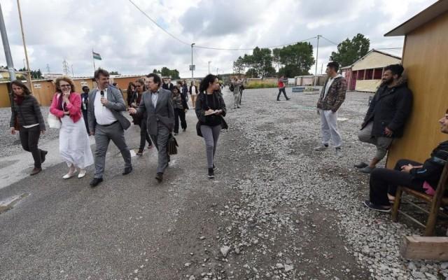 Damien Carême fait la visite du camp humanitaire aux normes internationales à une délégation d'euro-députés.