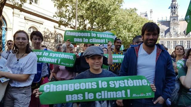Plus de 150 000 personnes ont pris part à la journée mondiale d'action pour le climat « Dans nos rues pour le climat » dans l'Hexagone. Illustration : manifestants à Paris appelant à se mobiliser pour Alternatiba 2018 à Bayonne.