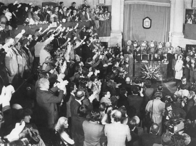 Le 4 février 1981 à Gernika, les députés HB lèvent le poing, ceux du PNV applaudissent le roi d'Espagne Juan Carlos.