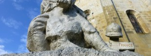 Monument aux morts de la grande guerre. Comme dans de nombreuses communes basques, les hommages sont rédigés en basque.