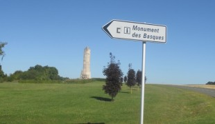Au « Chemin des Dames » vous verrez deux monuments : « Le mémorial des Sénégalais » et à quelques centaines de mètres « Le monument des Basques ».