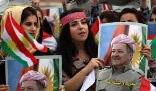 Des étudiantes brandissent le portrait de Massoud Barzani lors d'une manifestation au Kurdistan d'Irak.