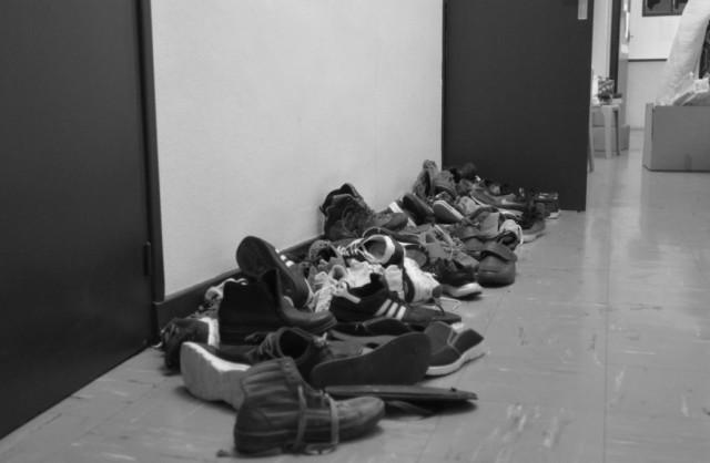 Des montagnes de chaussures symbolisent cette trêve de l'exode devant chaque dortoir.