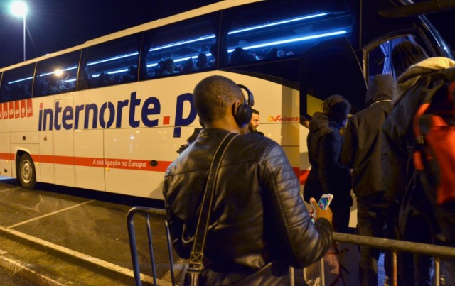 Quai de Lesseps à Bayonne, des Migrants repartent au milieu de la nuit après avoir trouvé un peu de repos dans un local d'accueil d'urgence.