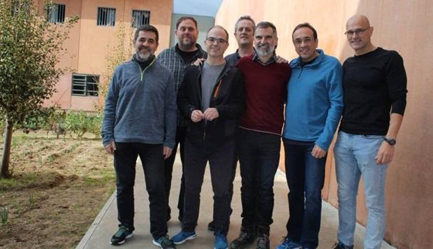 Dans la cour de leur prison, sept des douze leaders indépendantistes catalans jugés en février par la cour suprême. De gauche à droite : Jordi Sanchez (président de l'ANC), Oriol Junqueras (vice-président du gouvernement et ministre de l'économie et du budget), Jordi Turull (porte-parole du gouvernement), Joaquim Forn (ministre de l'Intérieur), Jordi Cuixart (président d'Omnium cultural), Josep Rull (ministre de l'aménagement du territoire et du développement durable) et Raül Romeva (ministre des Affaires étrangères set des relations institutionnelles).