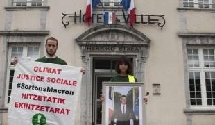 Décrochage du portrait de Macron par Bizi! à Mauléon.