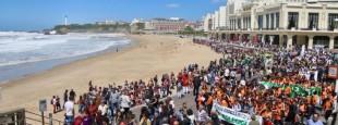 Près de 5000 personnes ont défilé de la grande plage de Biarritz à la place Ste Eugénie, le vendredi 7 juin. A travers le son des tambours et des chants, la revendication du système immersif et le message de Seaska ont retenti jusqu'à Paris.