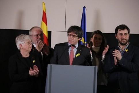 Trois dirigeants catalans exilés à Bruxelles : Clara Ponsati, Carles Puigdemont et Toni Comin. Les deux derniers, élus députés européens, ont été interdits d'entrée au Parlement européen.