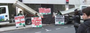 """En 2014, Bizi déverse 1,8 tonnes de charbon devant le siège de la Société Générale dans une action spectaculaire intitulée """"retour à l'envoyeur""""."""