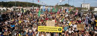 1000 personnes bloquent le Pont Saint-Esprit à Bayonne