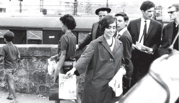 1965. Un numéro spécial d'Enbata est distribué sur le pont international d'Hendaye pour dénoncer l'arrestation à Pampelune de Christiane Etxaluz.