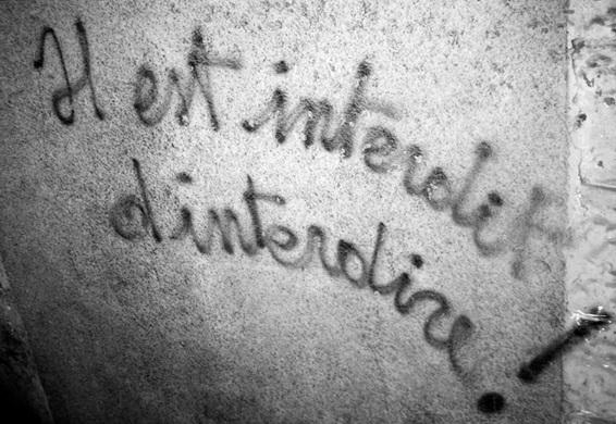 Je me suis rappelé ces vacances d'été 68. Revenant de Côte d'Ivoire au Pays Basque, j'avais pris le métro à Paris. Mon regard fut attiré par cette inscription peinte en grand sur un mur :  Il est interdit d'interdire, slogan qui a pris du poids avec les ans. Mais il est passé de mode, c'est une  loi qui interdit aujourd'hui d'étaler la vie privée des autres sur la place publique. Mais la populace, semble-t-il, ne le voit pas ainsi.