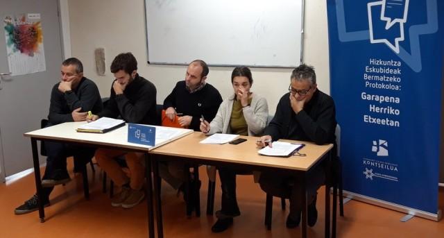 Sébastien CASTET (erdian), Euskal Konfederazioaren Herri Hauteskunde aintzineko Prentsa aitzineko batean.