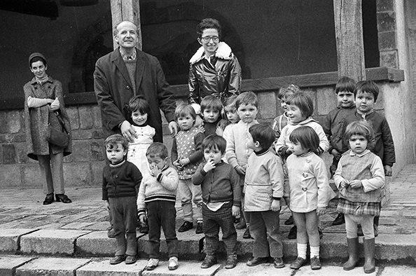 Ikasleen gibelean, X.Hiriart eta A. Noblia, Ipar Euskal Herriko lehen ikastolaren sortzaileetarikoak 1969an. Argazkia: D. Velez (Pays Basque Actualités : klika irudian)