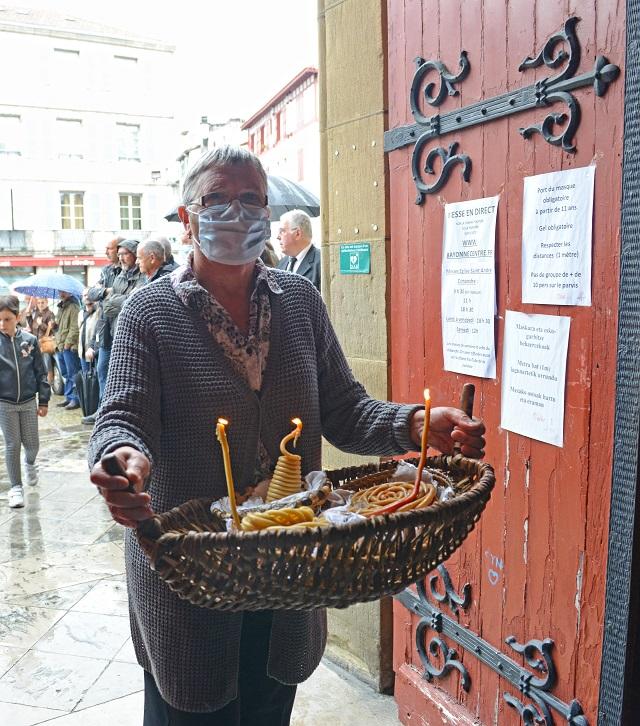 Conformément à la tradition, Maialen Iturria, première voisine de la maison des Larzabal, pénètre derrière le cercueil dans l'église St-André. Dans un panier, elle porte les ezko.