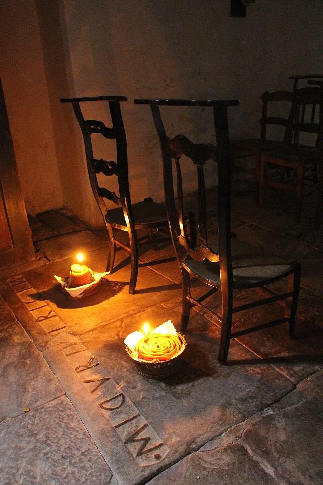 Bazkazaneko elizan : ezko posés sur le jarleku, devant la chaise occupée par l'etxeko andere de chaque maison.