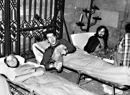 1972ko udazkenean, Mattin Larzabal gose greban, Beñat Oiharzabal eta Eñaut Haritschelhar-ekin, Baionako Katedralan,  frantses gobernuak, errefuxiatu politikoen kanporatzearen kontra.