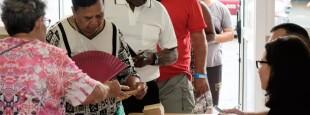 Des électeurs de Nouvelle-Calédonie dans un bureau de vote, le 15 mars 2020, pour le premier tour des élections municipales à Nouméa.