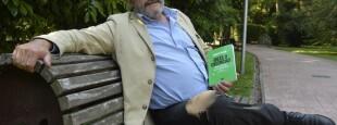 "Andoni Unzalu Garaigordobil avec son livre ""Ideas o Creencias. Conversaciones con un nacionalista. Prologo de J. M. Ruiz Soroa. Ediciones catarata. Madrid. 2020 ; 2019."""