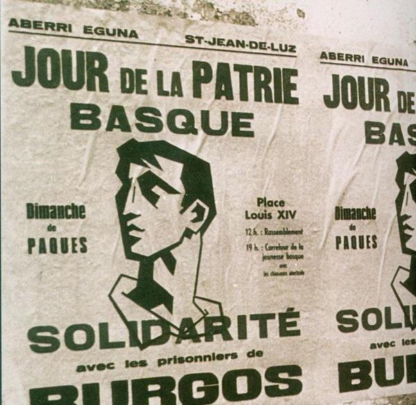 Affiche d'Enbata pour l'Aberri eguna à Donibane Lohitzun. Le motif central, sur une idée de Jakes Abeberry et à partir de dessins des années 30, a été réalisé en linogravure par Fiol, réfugié catalan en Iparralde.