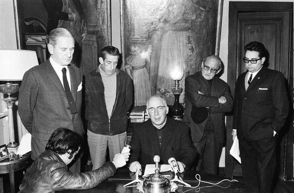 Au moment du procès de Burgos, conférence de presse de l'Abbé Piarres Larzabal (assis au centre) à Donibane Lohitzun chez Telesforo de Monzon (à gauche), en présence de Paul Légarralde et d'Angel Arregi (à droite). Photo Daniel Velez.