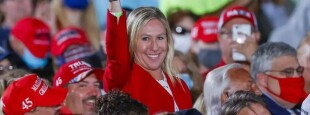 Dans la foule venue applaudir Donald Trump en meeting à Macon (Georgie) le 16 octobre, Marjorie Taylor Greene, candidate du Parti républicain à une législative en Georgie et adepte de QAnon, une théorie du complot colportée par l'extrême droite américaine