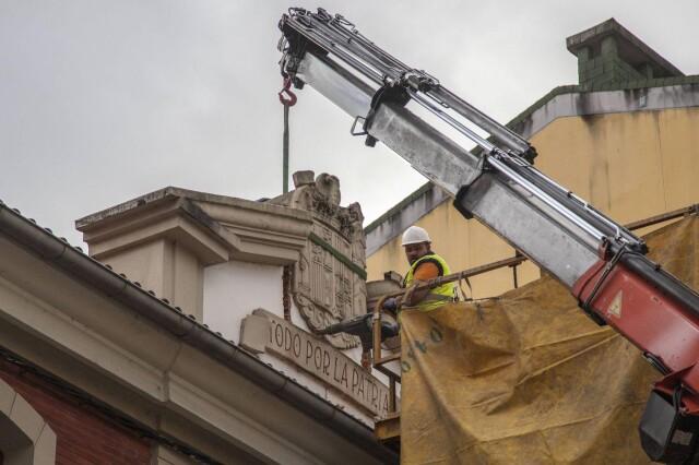 L'écusson franquiste placé au dessus de la porte d'entrée de la caserne de la Guardia civil à Noreña (Asturies) est retiré fin 2020.