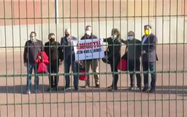 Avant de franchir les grilles de la prison de Lledoners, les dirigeants catalans affichent leur exigence d'amnistie.