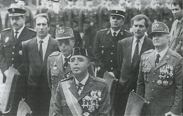 Au milieu des années 90, le colonel Galindo (au centre), patron de la caserne d'Intxaurrondo haut lieu de la répression en Gipuzkoa, reçoit officiellement des policiers français. En haut à gauche, le commissaire Roger Boslé.