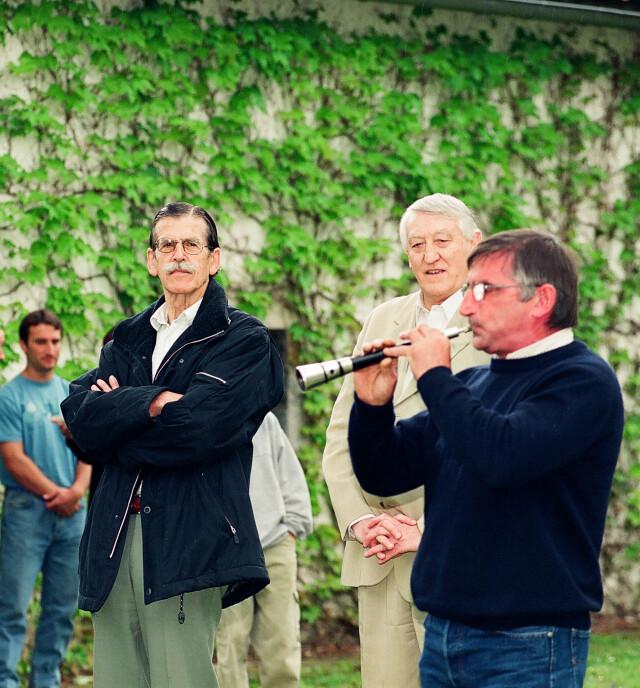 Aberri eguna de 2003, aux côtés de Jakes Abeberry et devant le gaitero Betti Bidart (Photo :  Kepa Etxandi).