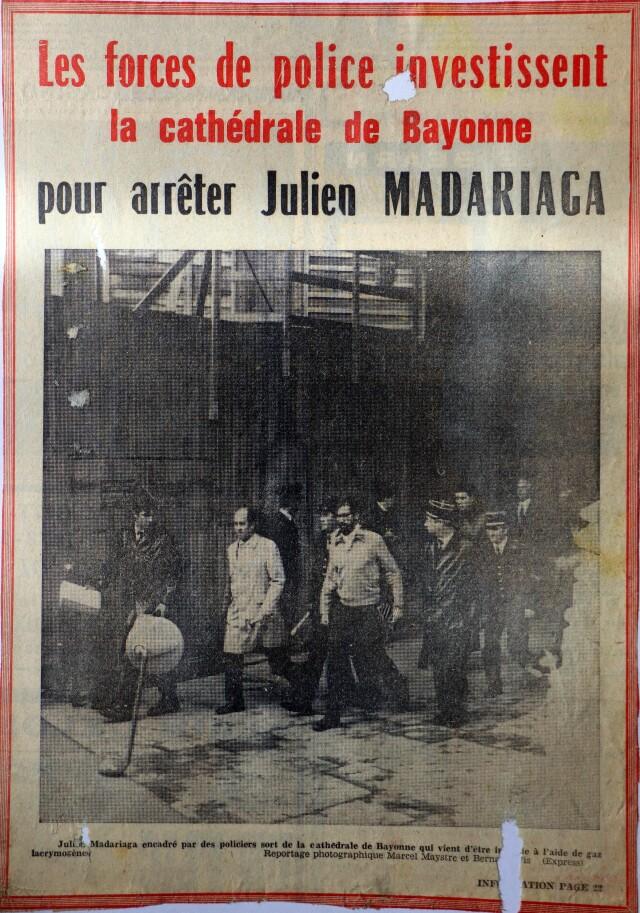 Iulen Madariaga contraint de quitter la cathédrale de Bayonne par la police française le 28 octobre 1972, à coup de gaz lacrymogène.