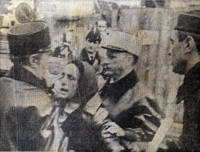 L'épouse de Iulen Madariaga se heurte aux forces de police, lors d'une manifestation de solidarité.