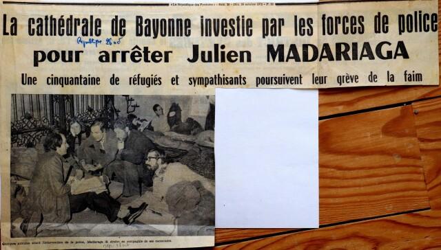 En grève de la faim à la cathédrale de Bayonne en octobre 1972, Iulen Madariaga allongé  à droite, converse avec un journaliste. Au milieu, Koko Abeberry.